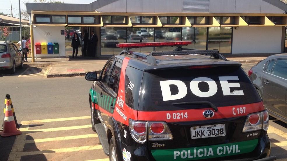 Carro da Polícia Civil em frente ao Cespe, um dos alvos da operação Panoptes (Foto: Bianca Marinho/G1)