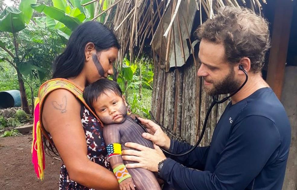 O médico brasileiro Lucas Albertoni em atendimento a aldeia indígena no Dsei Tapajós, no Norte do país — Foto: Lucas Albertoni/Arquivo pessoal