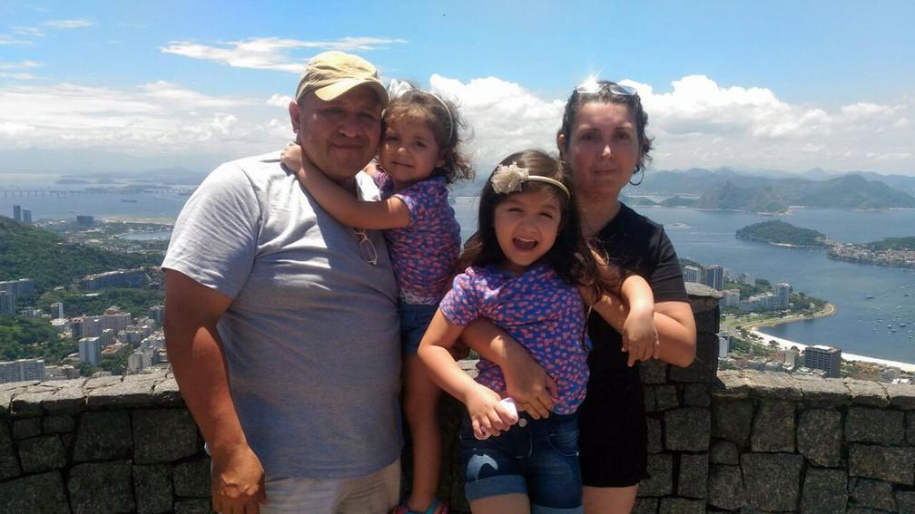A família de Valentina, em foto durante férias no Rio de Janeiro, que ela relata em seu livro (Foto: Arquivo pessoal/Cristiano Streeter)
