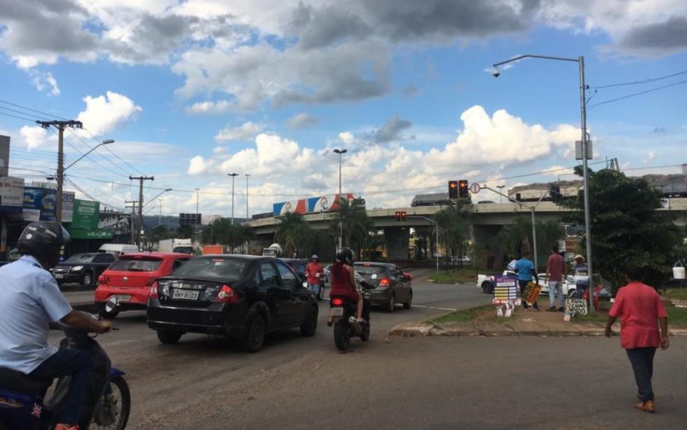 Avenida Anhanguera hoje é o pricipal acesso ao Jardim Novo Mundo, mas proposta é criar uma nova rota — Foto: Rodrigo Gonçalves/G1