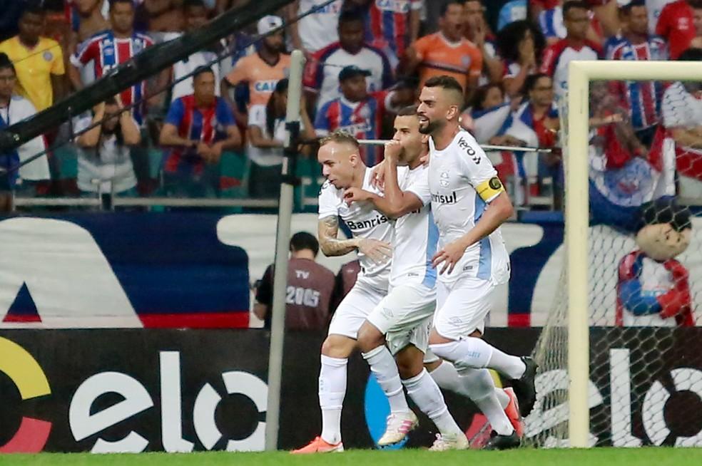 Alisson comemora o gol ao lado de Everton e Maicon — Foto: MARCELO MALAQUIAS/FRAMEPHOTO/ESTADÃO CONTEÚDO