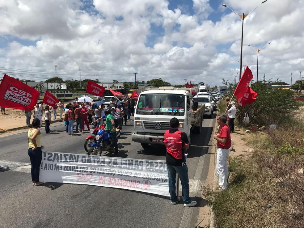 Servidores da Saúde fecharam faixas da BR-101 na Grande Natal em protesto contra atraso de salários (Foto: Kleber Teixeira/Inter TV Cabugi)
