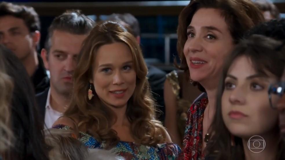 Francesca (Marisa Orth) se surpreende com a presença de Tancinha (Mariana Ximenes) - 'Haja Coração' — Foto: Globo