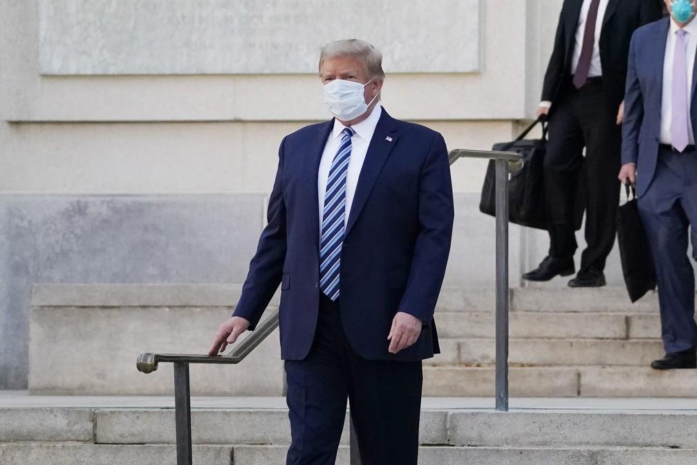 Donald Trump deixa o Centro Médico Militar Walter Reed, em Washington, nesta segunda (5) — Foto: Evan Vucci/AP
