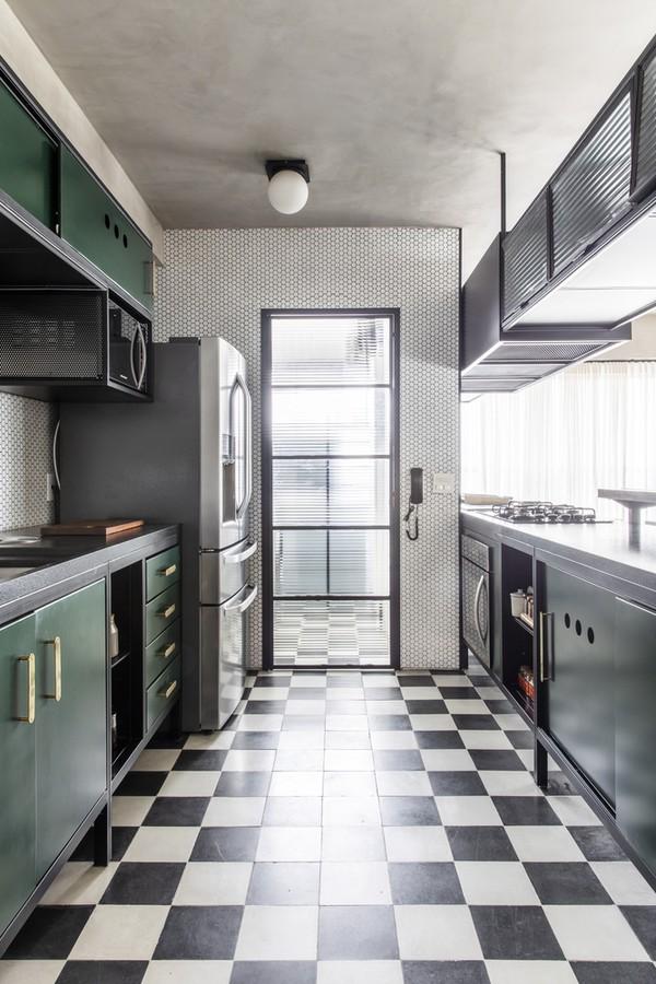 Décor do dia: cozinha tem piso xadrez e clima industrial