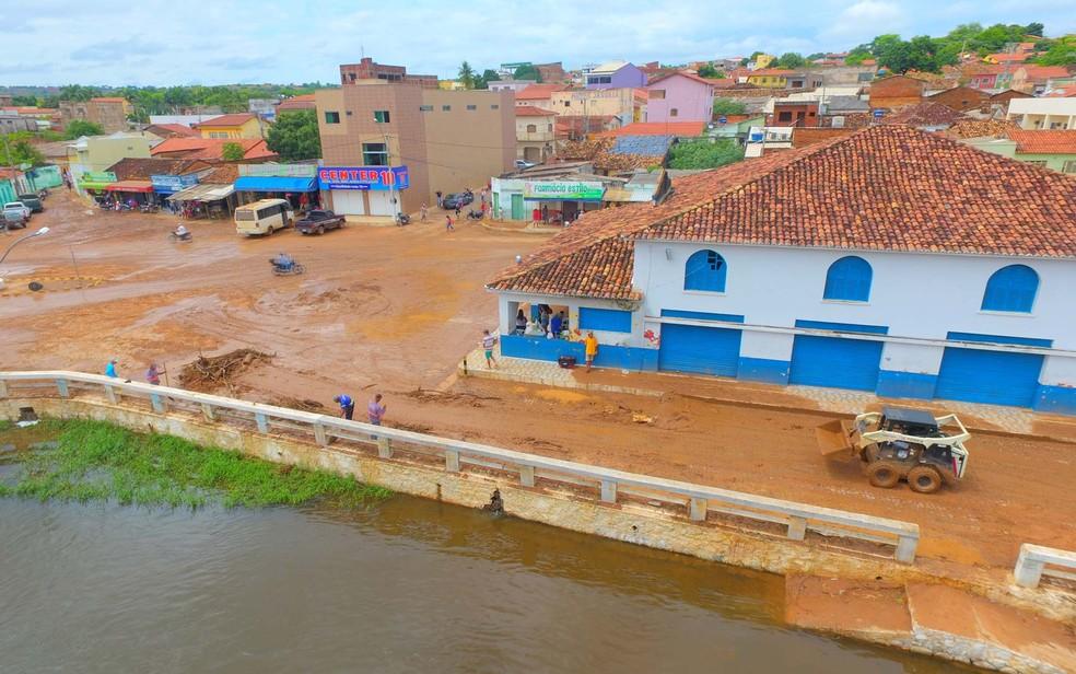 Após estragos causados pela chuva, limpeza é realizada em Correntina — Foto: Divulgação/Prefeitura Municipal de Correntina