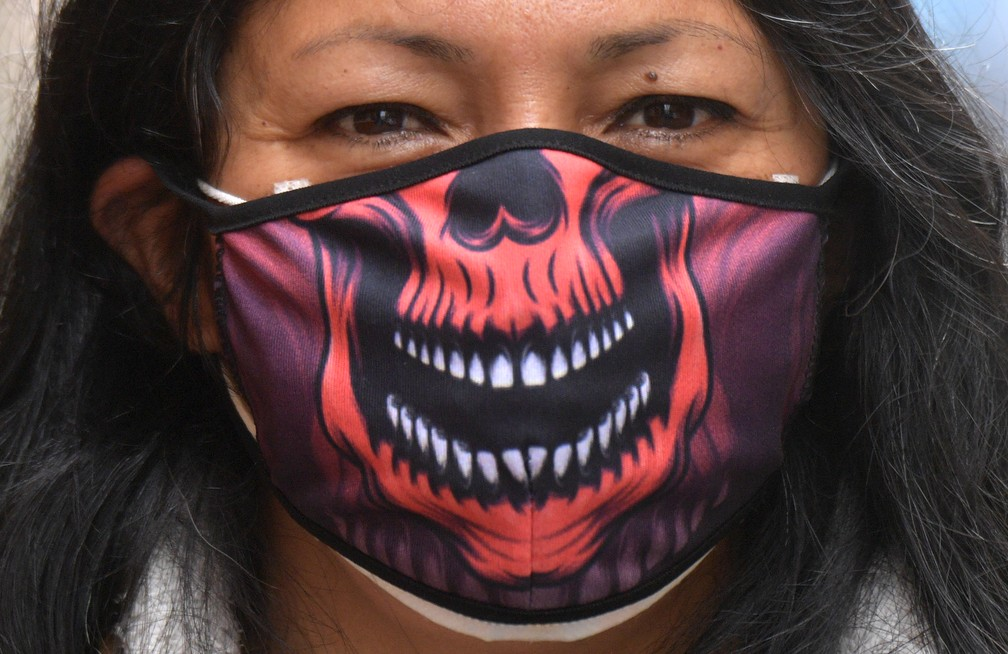 Uma mulher usa uma máscara de proteção como medida preventiva contra a propagação do novo coronavírus, em Bogotá, na Colômbia — Foto: Raul Arbodela/AFP