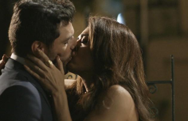 No sábado (21), Caio (Rodrigo Lombardi) e Bibi (Juliana Paes) vão se beijar (Foto: Reprodução)