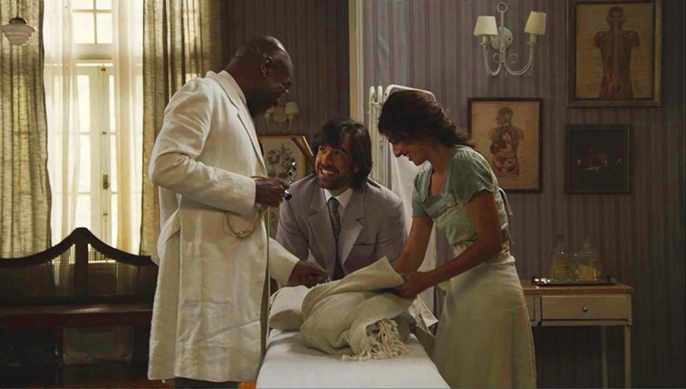 O doutor diz que o bebê está saudável (Foto: TV Globo)