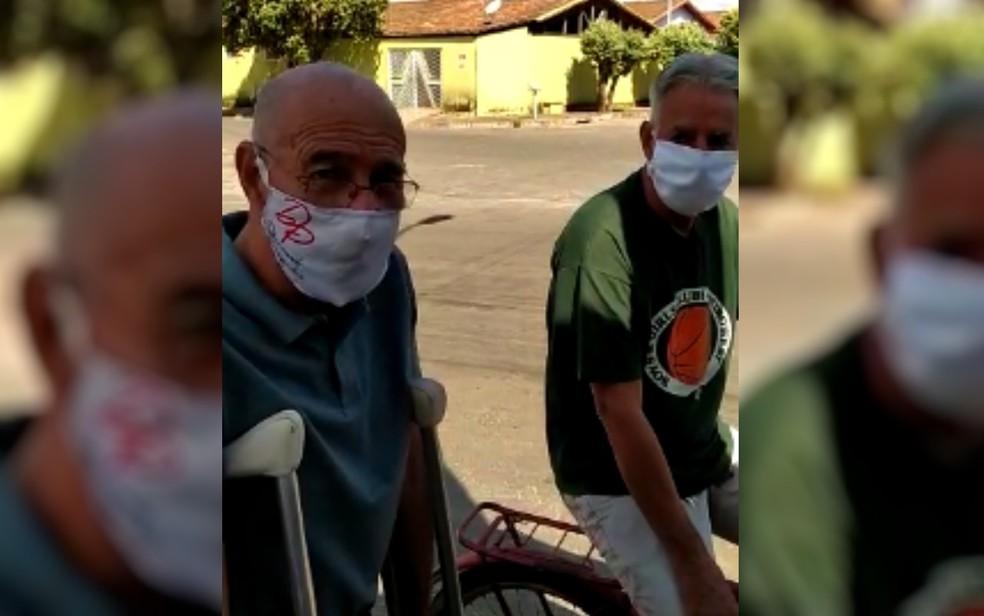 Dilermando Souza, dono da empresa de carro de som, e Júlio Barcelos, em Itapuranga, Goiás — Foto: Dilermando Souza/Arquivo pessoal