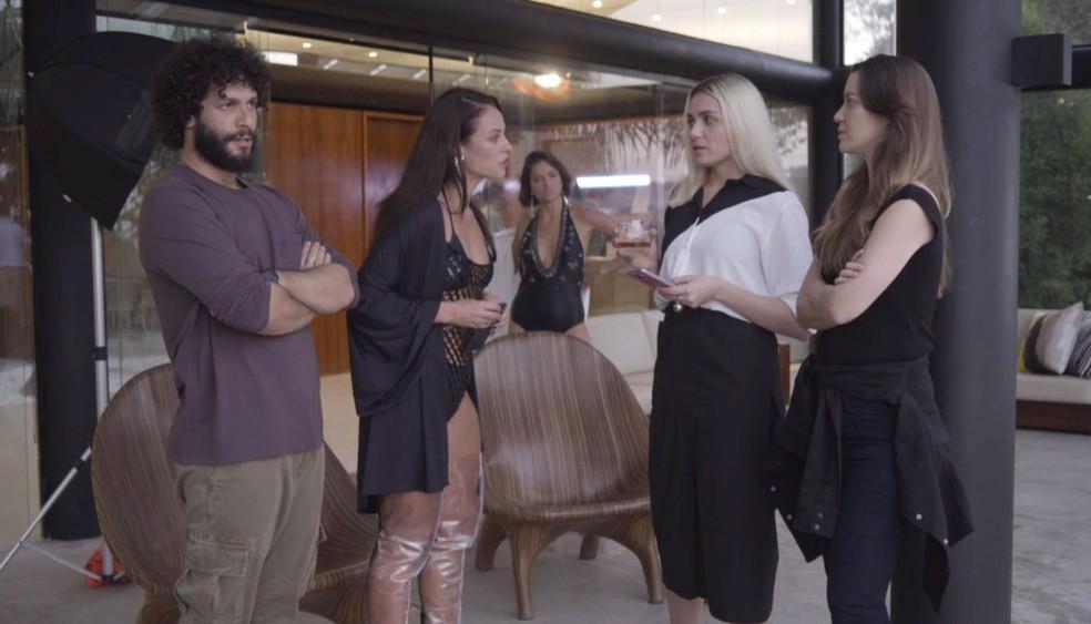 Vivi se irrita com Kim ao ver Jô usando look parecido com o seu — Foto: TV Globo