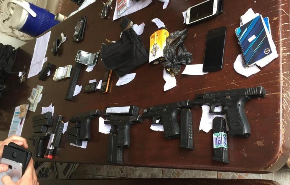Armas e outros objetos apreendidos quando Chico Gimenez foi preso  — Foto: Polícia Federal/Reprodução