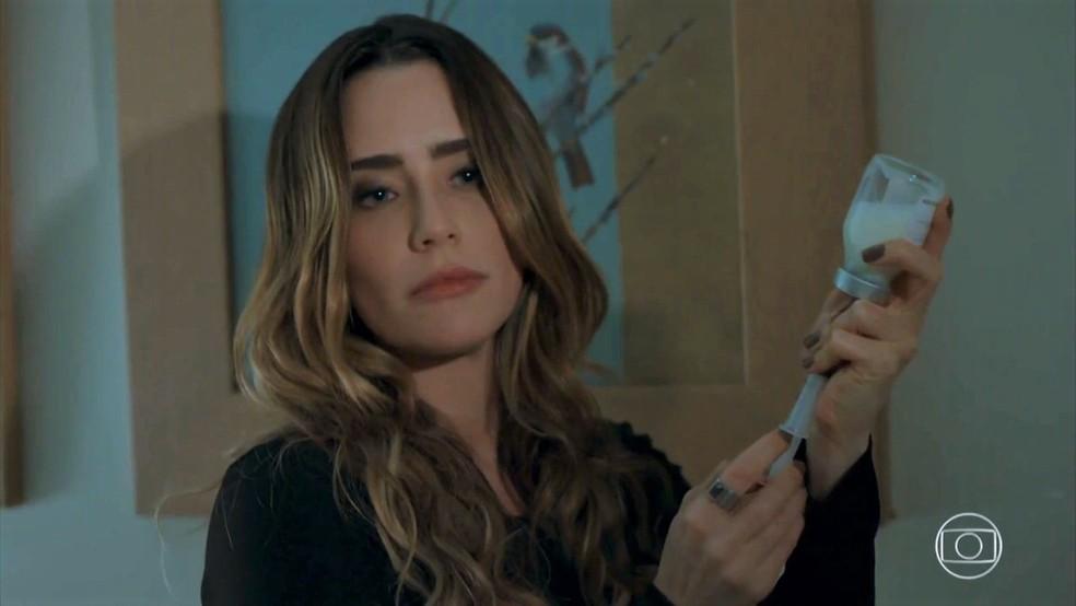 Bruna (Fernanda Vasconcellos) prepara injeção para matar Camila (Agatha Moreira) - 'Haja Coração' — Foto: Globo