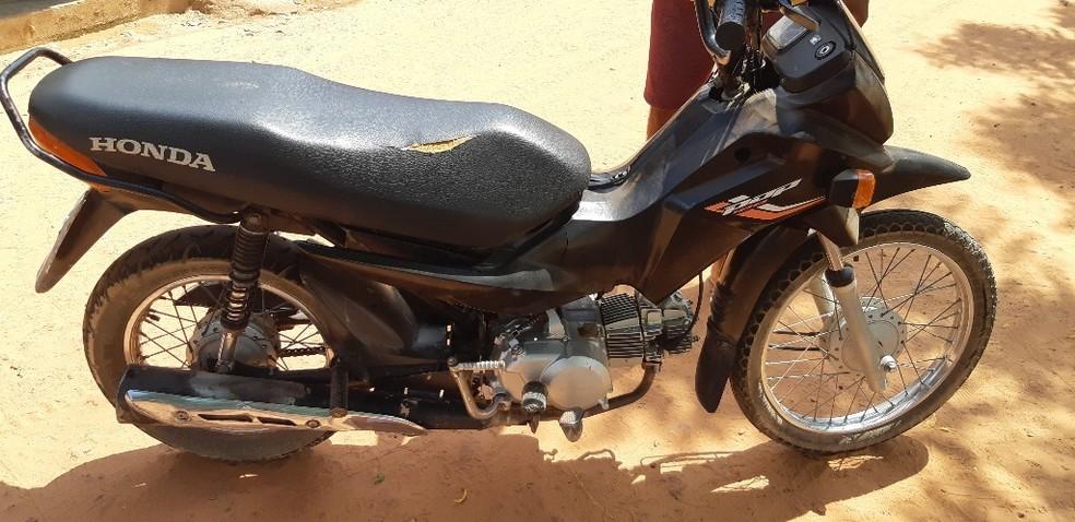 Condutor da motocicleta foi levado para o hospital em Santa Luzia (MA) — Foto: Divulgação/PRF-MA