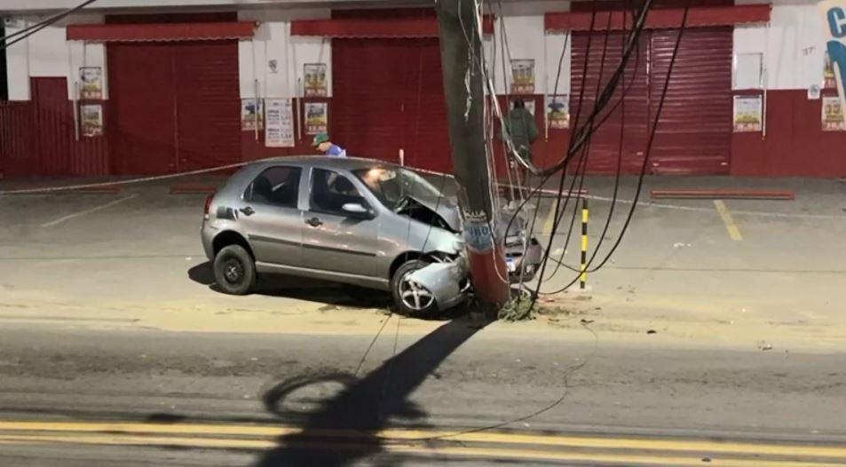 Carro bate em poste e motorista fica ferido em Cariacica, ES