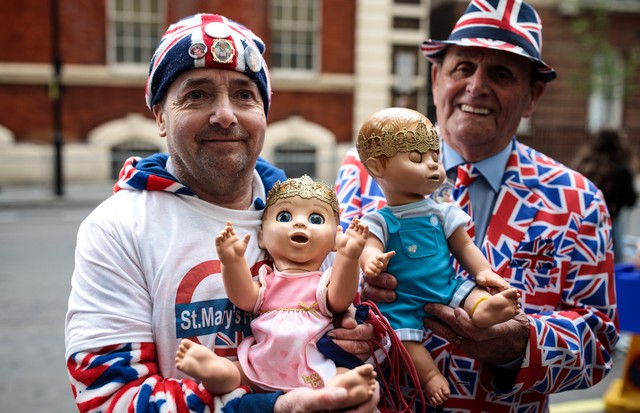 LONDON, ENGLAND - APRIL 23: Royal fans John Loughrey (L) and Terry Hutt (R) pose with baby dolls outside the Lindo Wing of St Mary's Hospital ahead of the birth of the Duke & Duchess of Cambridge's third child on April 23, 2018 in London, England. Catheri (Foto: Getty Images)