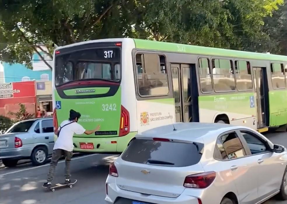 Skatista cai ao pegar 'carona' em ônibus em São José dos Campos — Foto: Fábio França/ G1