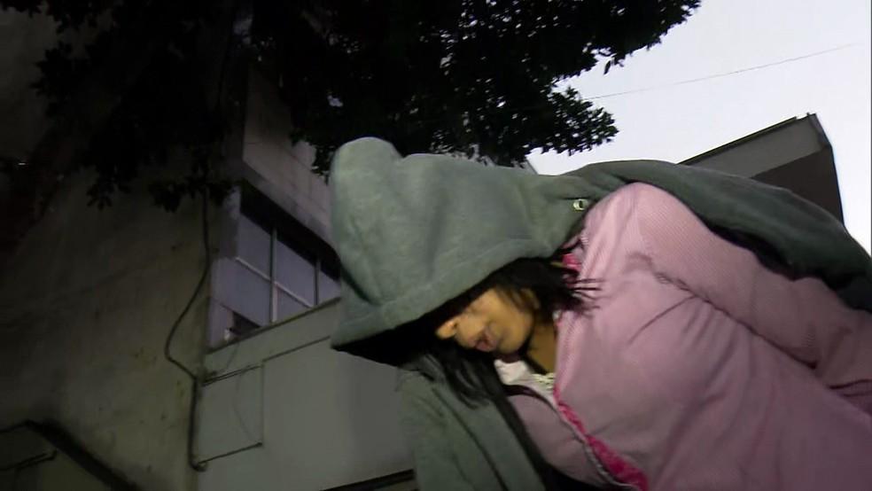 Mulher é presa em operação contra roubo de celulares e carteiras (Foto: Reprodução/TV Globo)