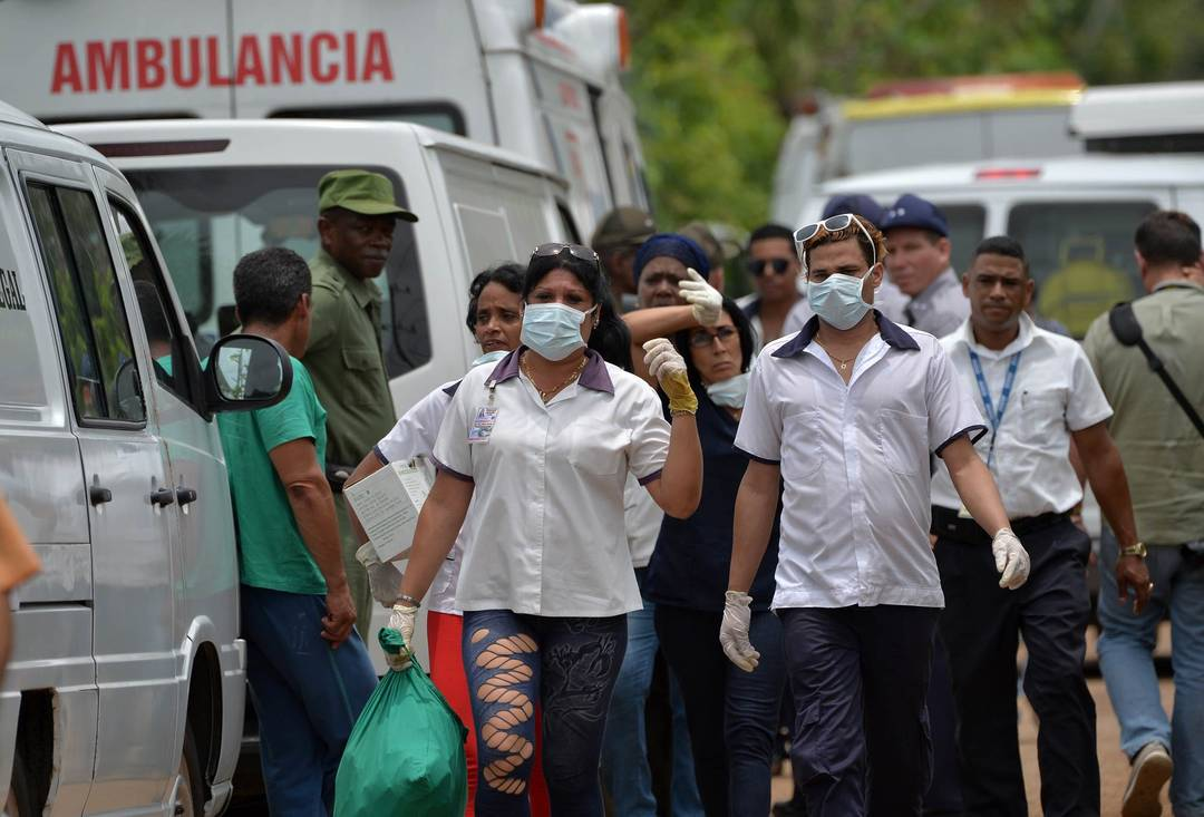 Equipes de resgate trabalham no local onde um avião com 113 pessoas a bordo caiu logo após decolagem em Havana, Cuba