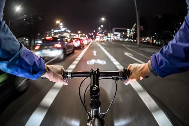 Faixas exclusivas para bicicletas garantem segurança para os ciclistas (Foto: Thinkstock)