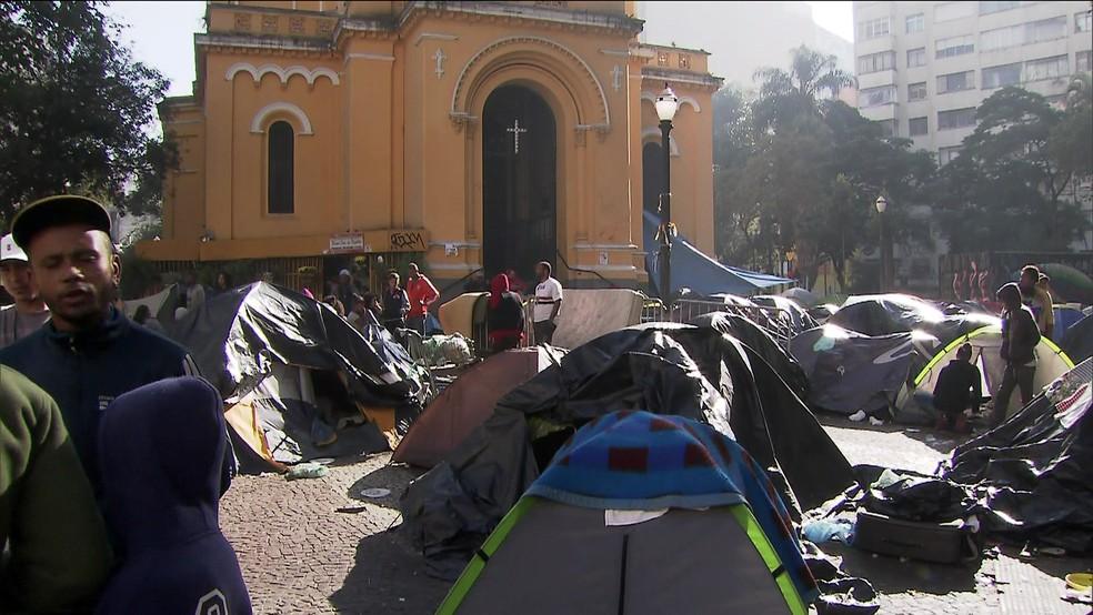Famílias que moravam no prédio que pegou fogo e caiu acamparam no Largo do Paissandu em 2018 — Foto: TV Globo/Reprodução