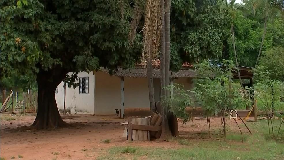 Vítima foi morta pelo marido com golpes de machado no sítio onde morava em Votuporanga (SP) — Foto: Reprodução/TV TEM