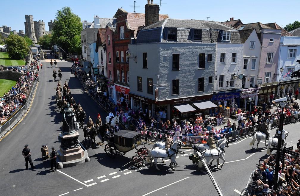 Forças armadas do Reino Unido ensaiam nesta quinta-feira (17) passeio de carruagem por Windsor (Foto: Marko Djurica/Reuters)