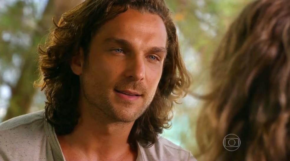Alberto (Igor Rickli) se oferece para registrar o filho de Ester (Grazi Massafera), em 'Flor do Caribe' — Foto: Globo