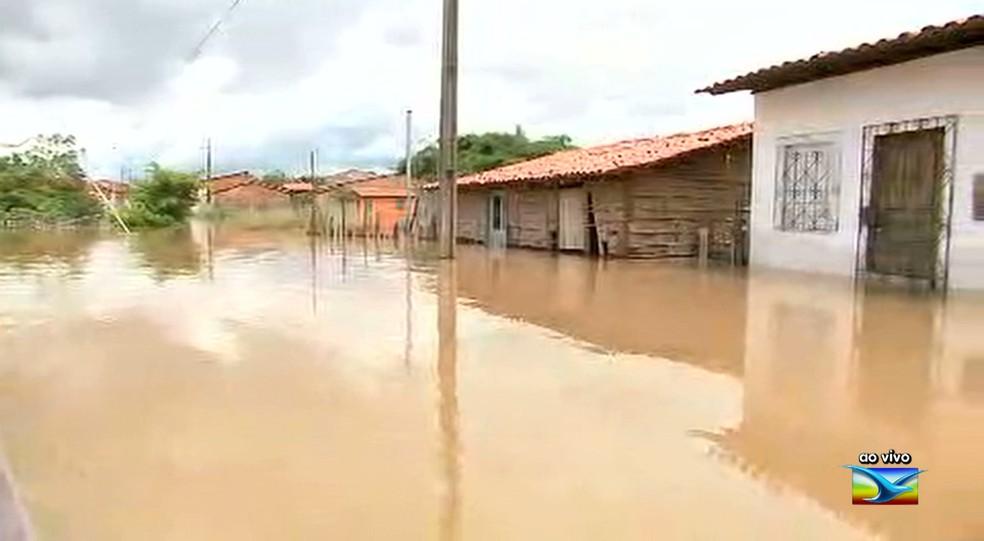 Cheia do Rio Mearim deixou centenas de desabrigados em Pedreiras (MA). (Foto: Reprodução/TV Mirante)