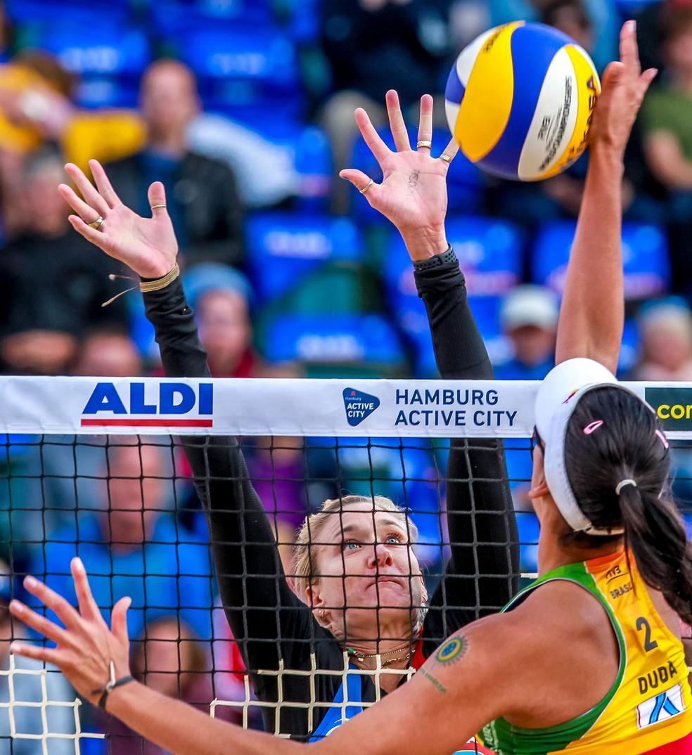 Duda contra Walsh em disputa na rede pelo Campeonato Mundial — Foto: Divulgação FIVB