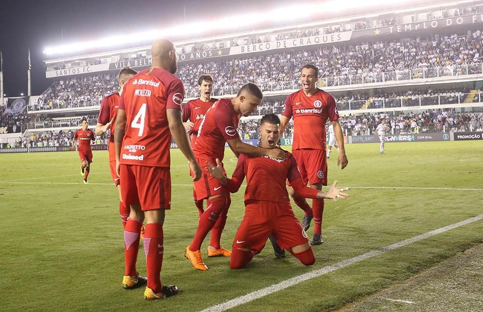 Colorados comemoram gol de Cuesta que garantiu vitória sobre o Santos (Foto: Ricardo Duarte/Divulgação Inter)