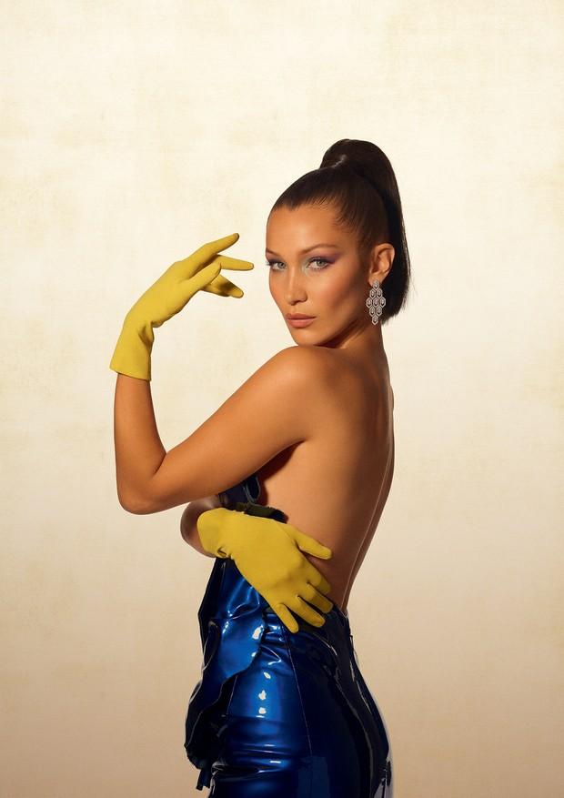 Bella Hadid, modelo, usa vestido azul metalizado Saint Laurent, brinco Bulgari, e luvas amarelas. Nova Iorque (cid.) - Estados Unidos.18/07/2017. Foto: Gui Paganini / Edições Globo Condé Nast. (Foto: Arquivo Vogue)