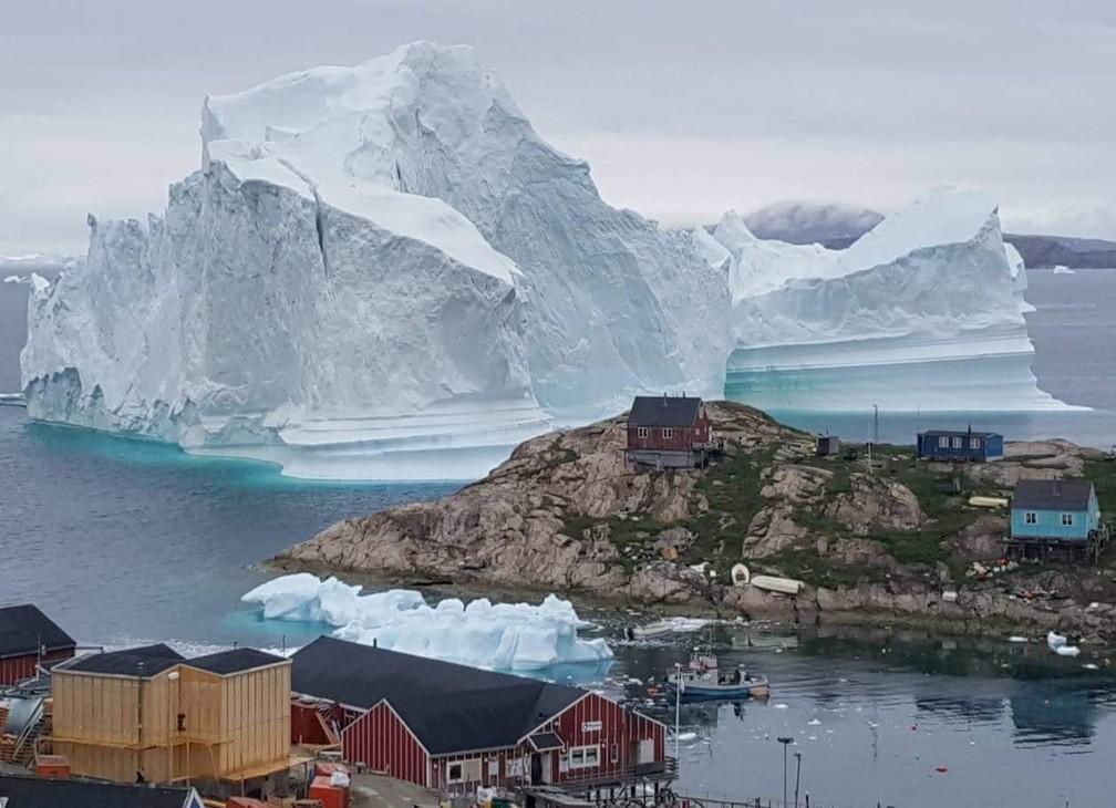-  Iceberg gigante é visto nesta quinta-feira  12  próximo ao vilarejo de Innaarsuit, na Groenlândia  Foto: Ritzau Scanpix/Karl Petersen/ via Reuters
