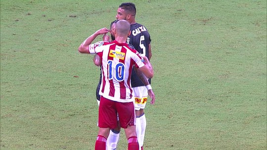 Wendel e Paulinho discutem e companheiros de Ponte e Náutico tentam apartar, aos 19 do 1º