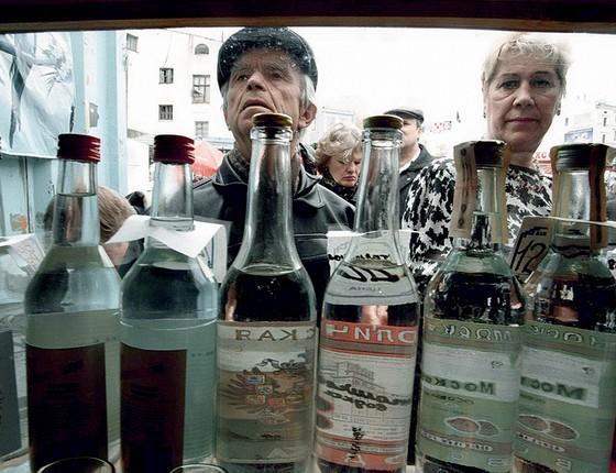 O consumo anual de álcool na Rússia é de 13,9 litros por pessoa, segundo a Organização Mundial da Saúde, contra a média mundial de 6,41 litros  (Foto: Alexander Nemenov/Afp)