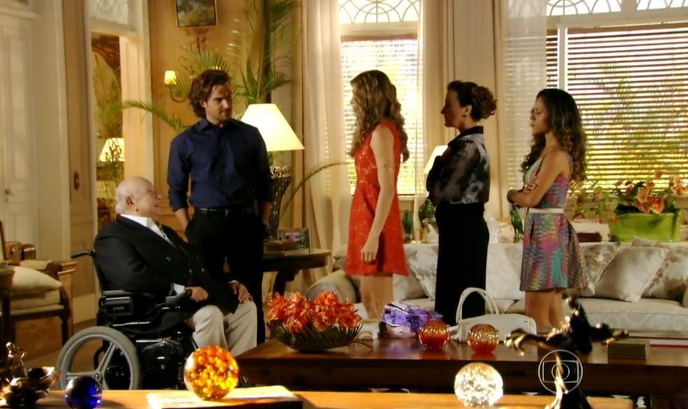 Em 'Flor do Caribe', Ester (Grazi Massafera) pede perdão a Dionísio (Sergio Mamberti) na frente de Alberto (Igor Rickli), Guiomar (Cláudia Netto) e Nicole (Cinara Leal) — Foto: Globo