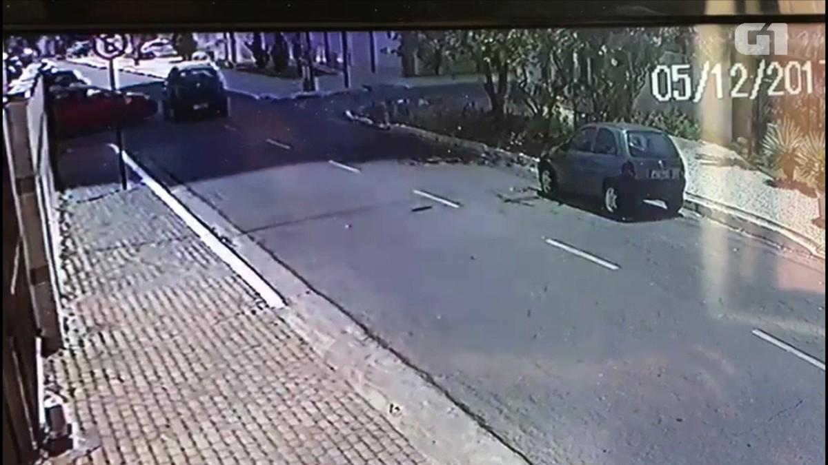 Motorista causa capotagem e tenta se esconder em rio de João Pessoa; vídeo