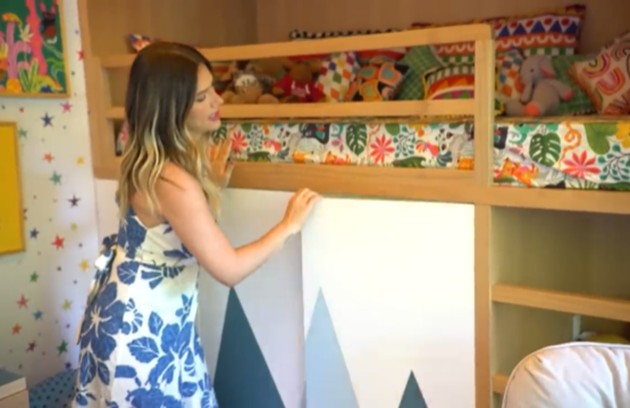 O quarto possui um beliche com um armário embaixo: 'Eu acredito que o quarto da criança tem que ser um lugar gostoso para eles estarem... (...) então eu fiz esse beliche divertido' (Foto: Reprodução)