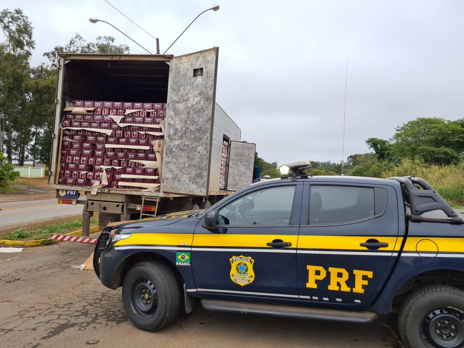 Caminhoneiro é flagrado com mais de 65 mil latas de cerveja sem nota fiscal na BR-365, em Patos de Minas