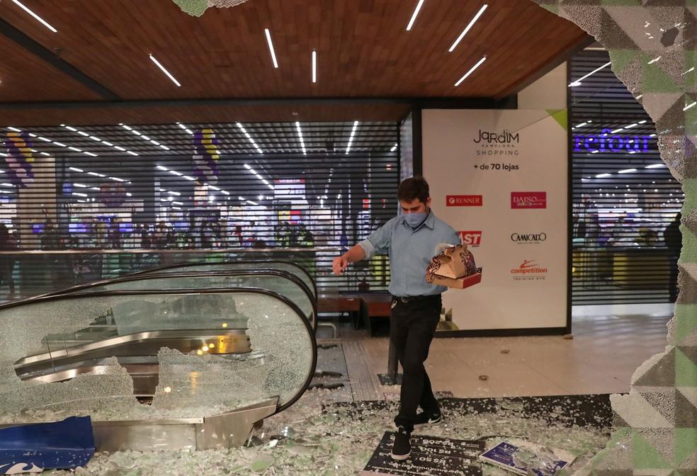 Loja do Carrefour nos Jardins foi atacada durante manifestação que pediu justiça por João Alberto — Foto:  Amanda Perobelli/Reuters