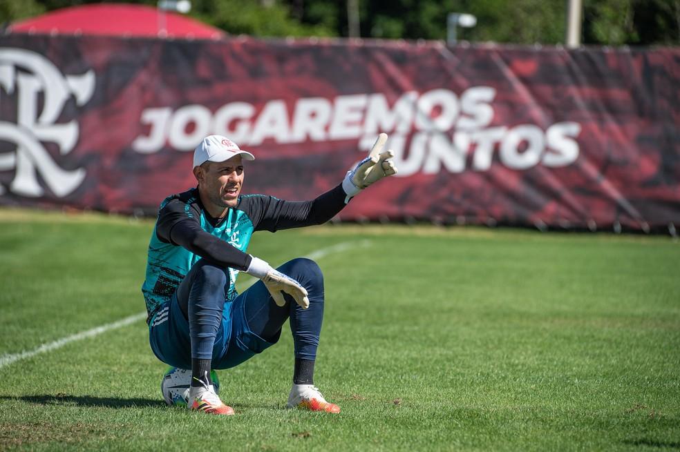 Diego Alves em atividade no CT — Foto: Alexandre Vidal / Flamengo