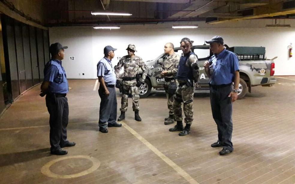 Equipe da PM Ambiental do DF vasculha anexo do Itamaraty após invasão de onça (Foto: Diogo André/TV Globo)