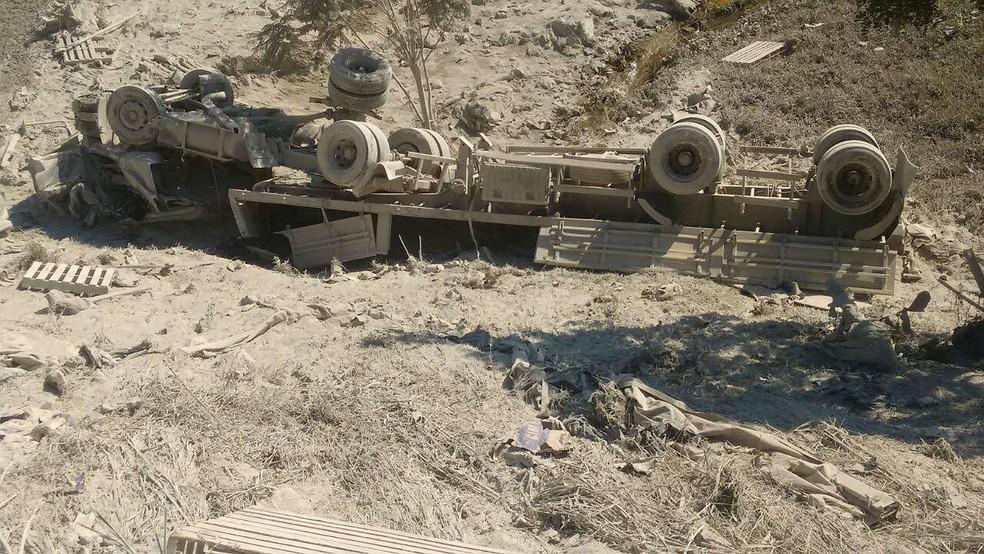 -  Caminhoneiro foi ferido após caminhão sair da pista e capotar em ribanceira na BR-116 em distrito de São Francisco do Glória, MG  Foto: Paulo Roberto