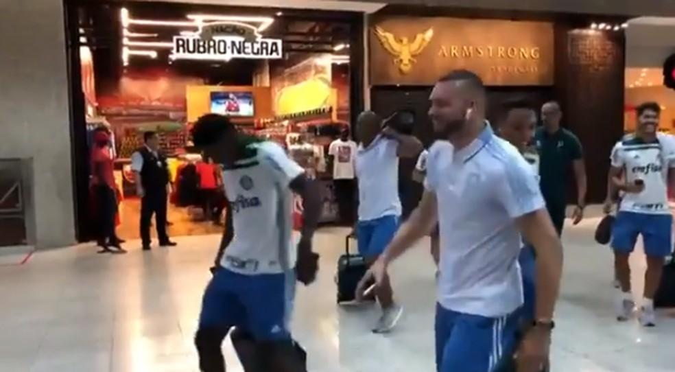 Jogadores do Palmeiras ouviram a música de Mc Andrey em frente à loja do Flamengo no aeroporto Santos Dumont — Foto: reprodução