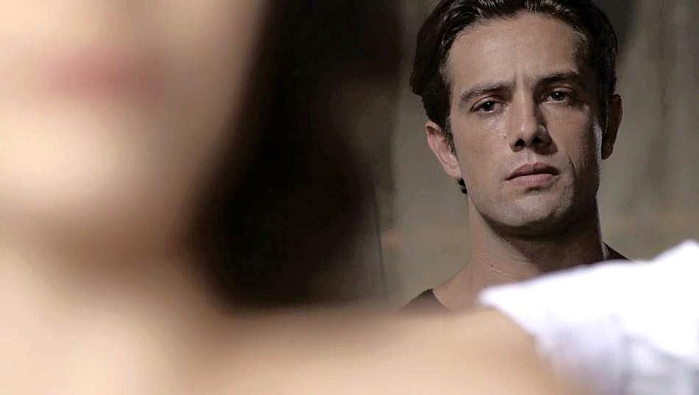 Daniel (Rafael Cardoso) faz regressão e vê Danilo pintando o quadro de Julia em 'Espelho da Vida' — Foto: TVGLOBO