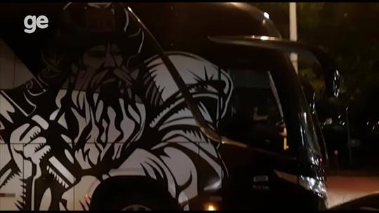 Vasco desembarca no Rio, tenta evitar torcedores, mas ônibus é alvo de ovadas