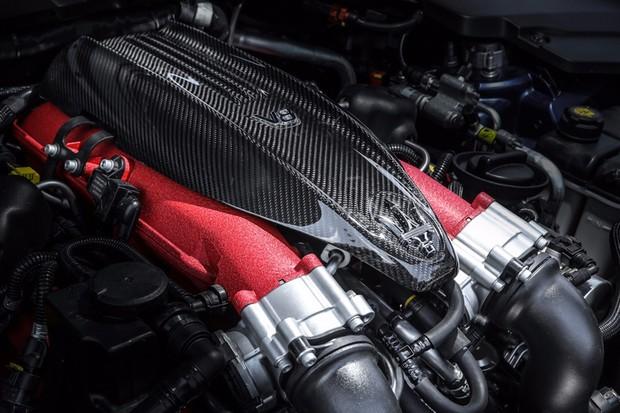 Motor V8 do Trofeo tem uma cobertura bem menor do que no GTS (Foto: Divulgação)