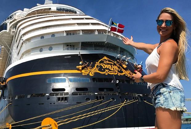 Ana De Biasi e o navio do Disney Cruise (Foto: Divulgação)
