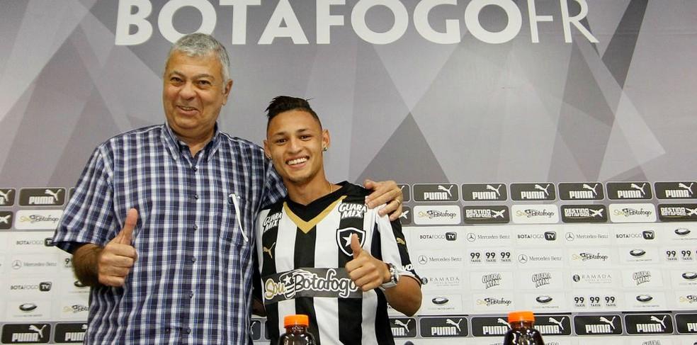 Mantuano em apresentação do atacante Neilton no Botafogo em 2015 — Foto: Vitor Silva/Botafogo
