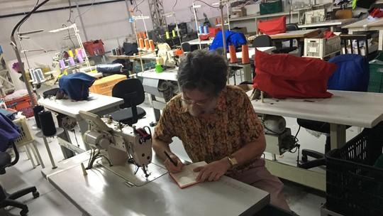 Kiko Mascarenhas pega adereço emprestado de costureira e escreve bilhete de agradecimento